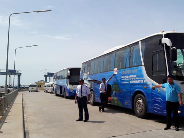Lomprayah buses in Surat Thani Donsak Pier